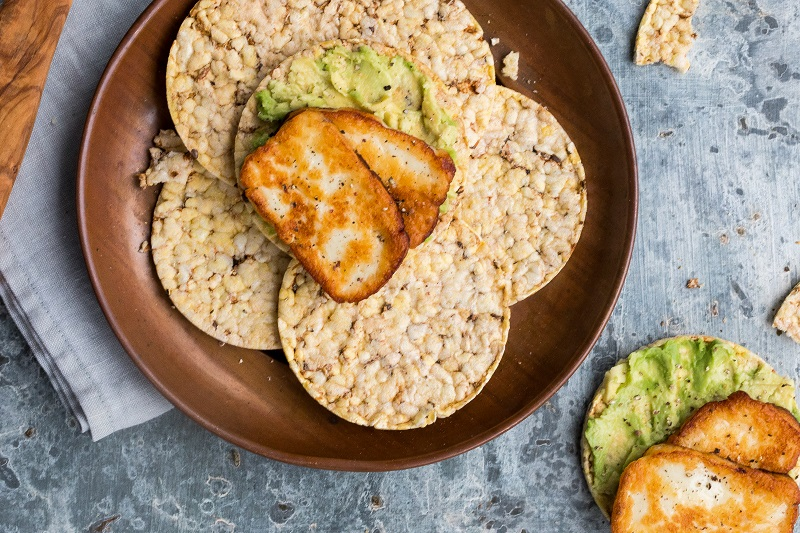 Haloumi & avocado smash on CORN THINS slices for lunch. #cornthins, #realfoodscornthins