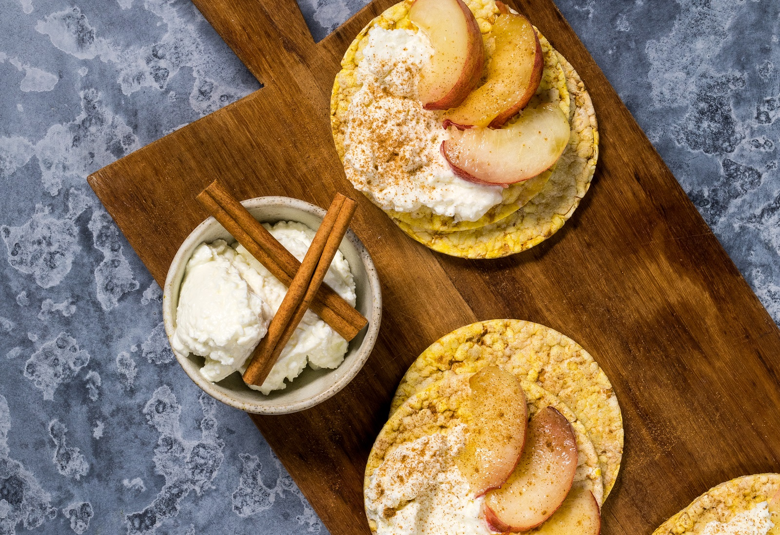 Cottage cheese, white peach and cinnamon of CORN THINS slices for breakfast