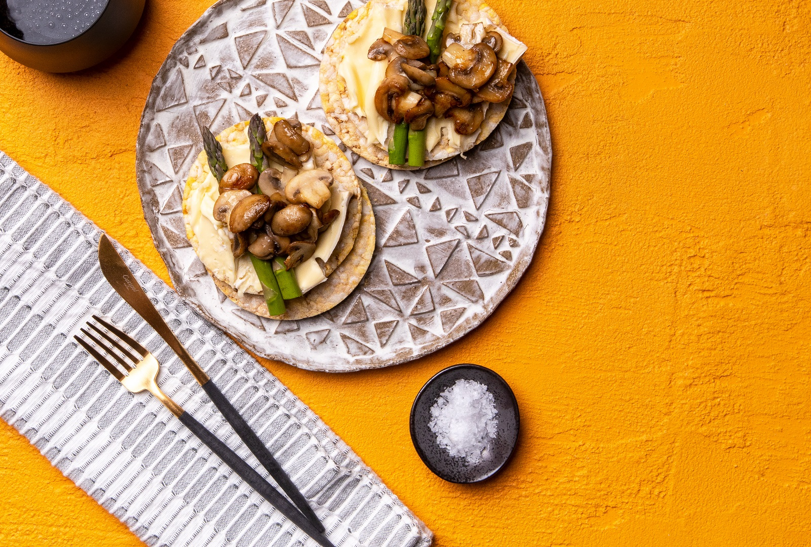 Brie, Asparagus & Grilled Mushrooms on Corn Thins skices